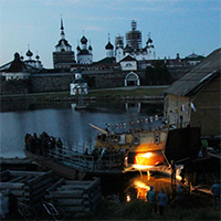 Спуск корабля Петра I на Соловках: источник счастья в лодочном амбаре