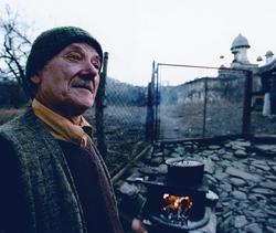 Старшее поколение румын Россию знает не понаслышке. Большинство стариков воевало с ней во время Второй мировой, а потом сидело в лагере для военнопленных где-нибудь под Воронежем. Однако же русских любят: «А что, вы ведь тоже православные, как и мы!»